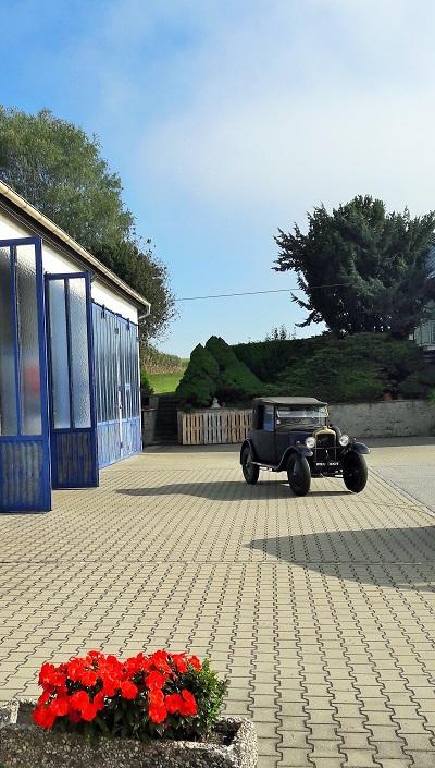 Peugeot Oldtimer vor Werkstatt