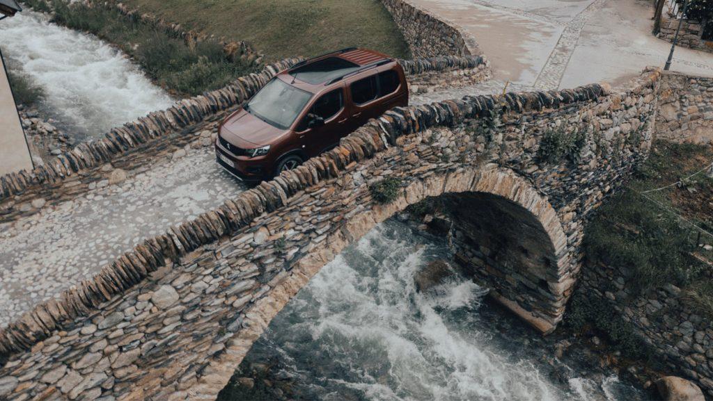 Peugeot Rifter auf Brücke