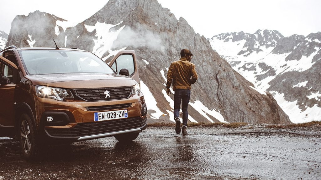 Peugeot Rifter vor Berg